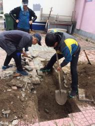 1051.雨水篦子堵塞困扰居民 志愿者帮助解决