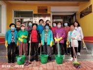 1114.创建文明城志愿者进春光社区 清理楼道环境卫生