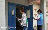 1115.志愿者走进白桦社区粉刷楼道 扮靓老旧小区